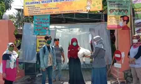 Relawan TurunTangan Yogyakarta saat membagikan sembako, Ahad (26/4/2020)